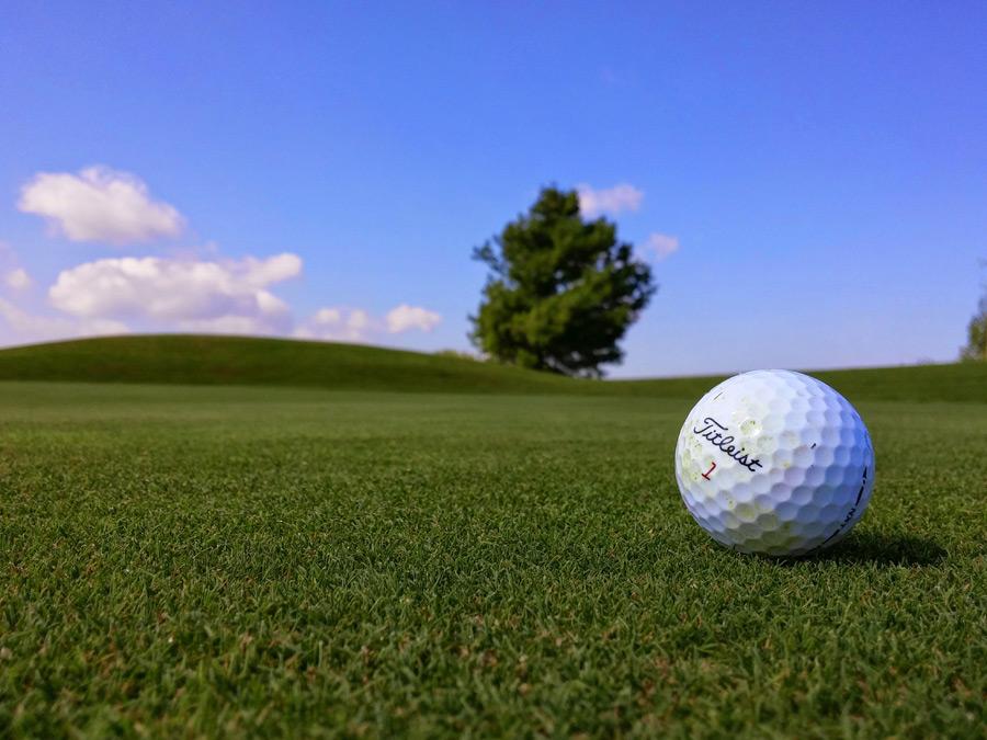フリー写真 ゴルフボールのあるゴルフ場の風景