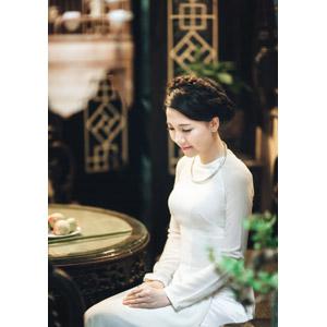 フリー写真, 人物, 女性, アジア人女性, 女性(00051), ベトナム人, アオザイ, 座る(椅子)