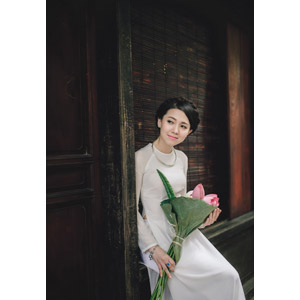 フリー写真, 人物, 女性, アジア人女性, 女性(00051), ベトナム人, アオザイ, 人と花, 蓮(ハス)