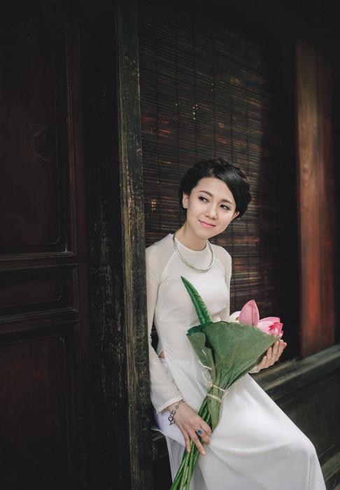フリー写真 蕾の蓮を持つアオザイ姿のベトナム人女性