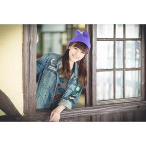 フリー写真, 人物, 女性, アジア人女性, 葳葳(00039), ニット帽, 窓辺, シャツ