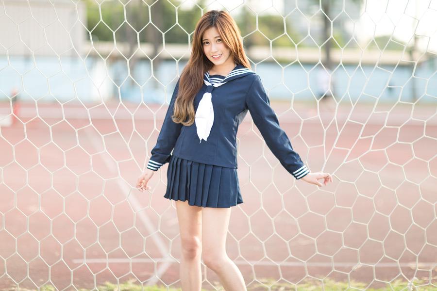 フリー写真 網に捕らわれたセーラー服姿の女子学生