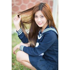 フリー写真, 人物, 女性, アジア人女性, 少女, アジアの少女, 楚珊(00053), 中国人, セーラー服(学生服), 学生服, 学生(生徒), 高校生, しゃがむ, 髪の毛を触る
