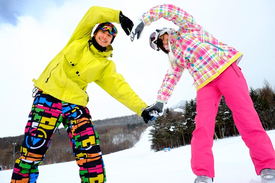 フリー写真 スキー場でハートを作るカップル