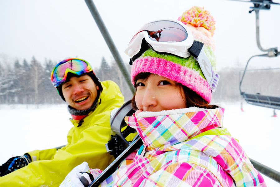 フリー写真 スキー場でリフトに乗るカップル