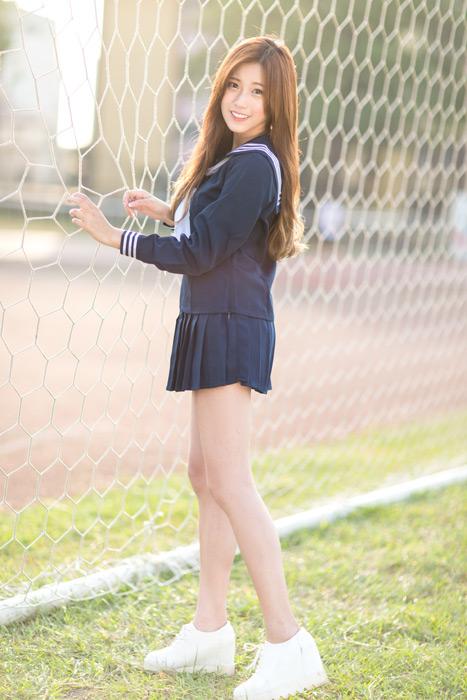 フリー写真 セーラー服姿でネットの前に立つ女子高生のポートレイト