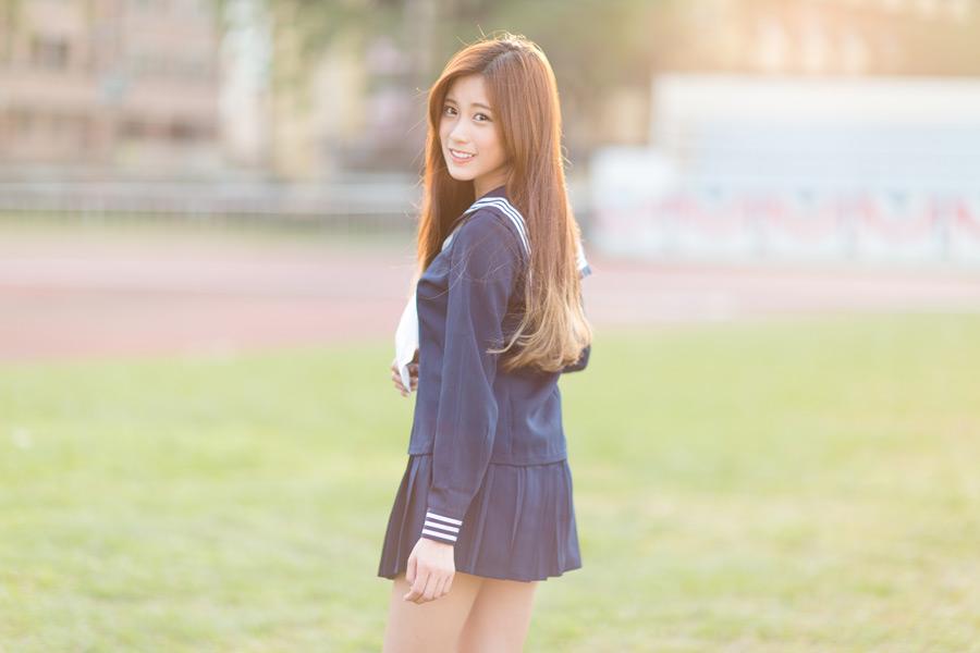 フリー写真 セーラー服姿で振り返る女子高生のポートレイト