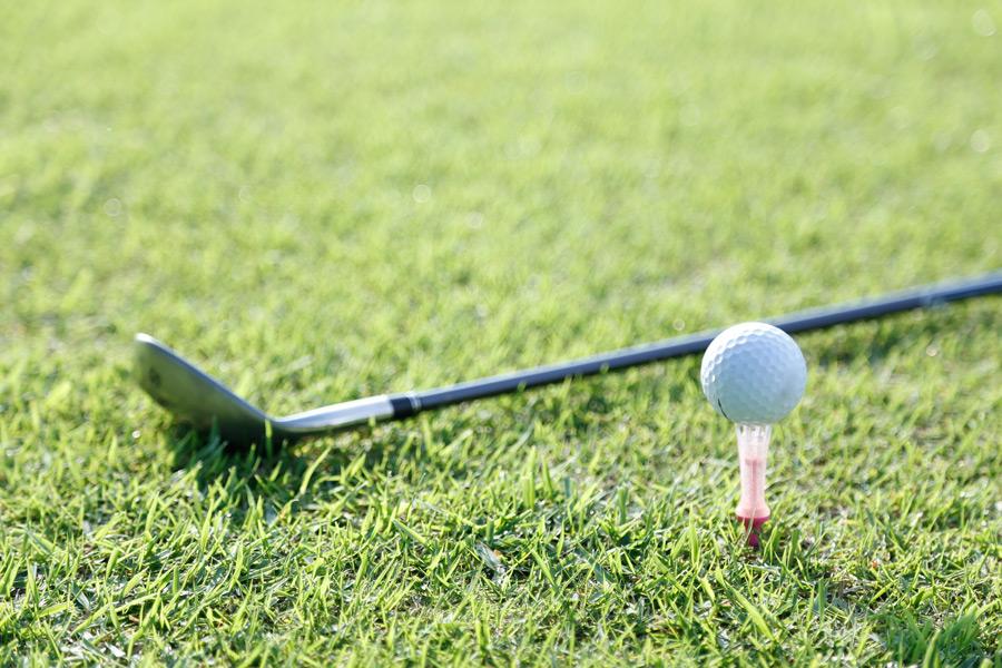 フリー写真 ゴルフクラブとティーアップしたゴルフボール