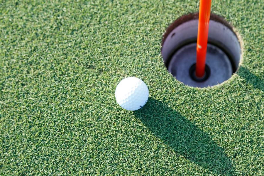 フリー写真 ゴルフボールとホール