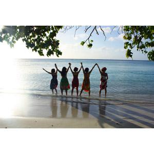 フリー写真, 人物, 女性, 集団(グループ), 手をつなぐ, 手を振る, 手を上げる, 後ろ姿, リゾート, バケーション, 南国, 砂浜(ビーチ), 海, 人と風景, グアム島
