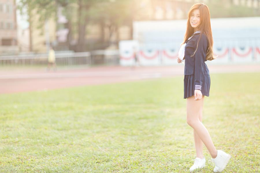 フリー写真 セーラー服姿で立つ女子高生のポートレイト
