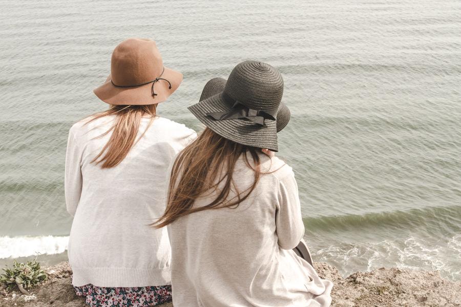 フリー写真 崖の上から海を眺める二人の女性