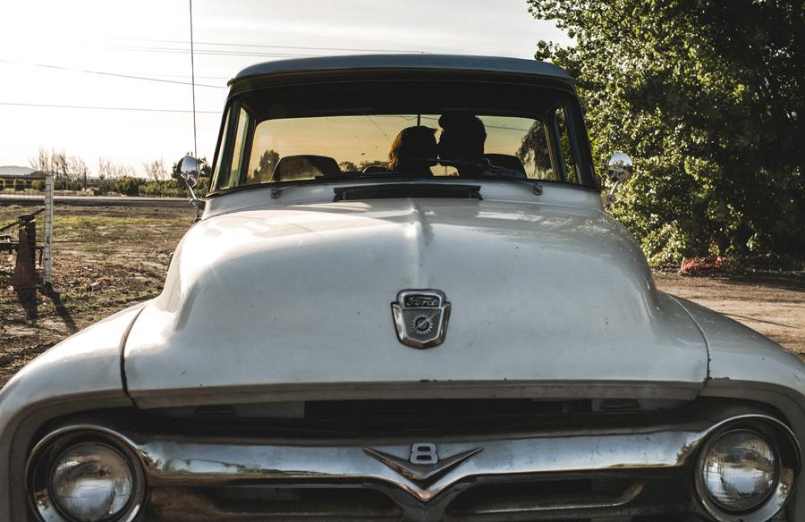 フリー写真 フォードのピックアップトラックの中でキスをするカップル