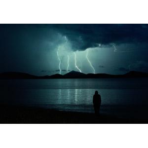 フリー写真, 風景, 天気, 落雷(カミナリ), 夜, 人と風景, 後ろ姿, シルエット(人物), ビーチ(砂浜)