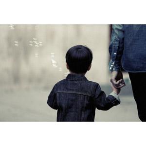 フリー写真, 人物, 親子, 息子, 後ろ姿, 手をつなぐ, しゃぼん玉(シャボン玉), 二人