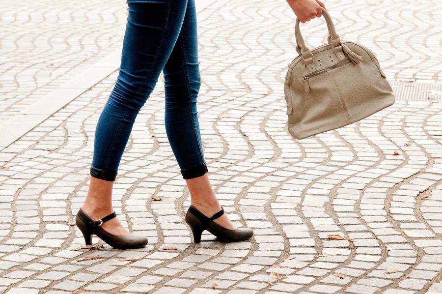 フリー写真 ハンドバッグを持つ女性の脚元