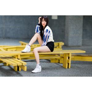 フリー写真, 人物, 女性, アジア人女性, 中国人, Neo Li(00040), 座る(ベンチ), 頭に手を当てる, ショートパンツ