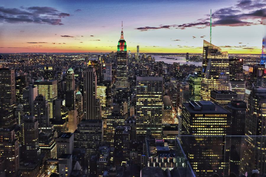 フリー写真 日暮れのエンパイアステートビルとニューヨークの街並み