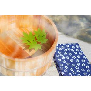 フリー写真, 温泉, 露天風呂, 手桶, 桶, 手ぬぐい, 葉っぱ, もみじ(カエデ)