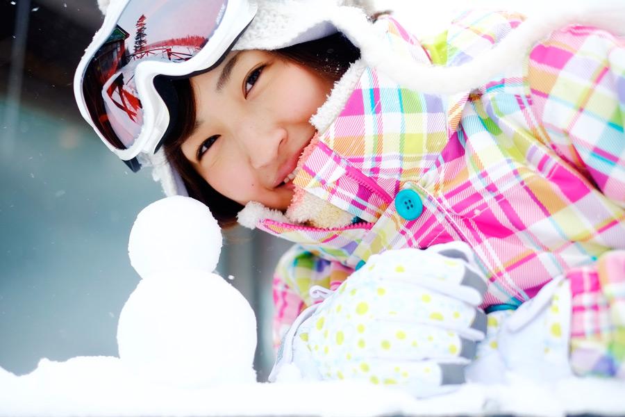フリー写真 雪だるまとゲレンデにいる女性ポートレイト