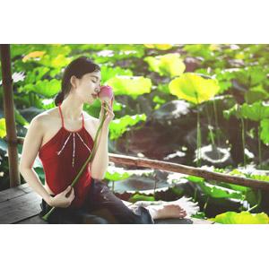 フリー写真, 人物, 女性, アジア人女性, ベトナム人, 人と花, 蓮(ハス), 座る(床), 横座り, 目を閉じる, 雨, 女性(00057)