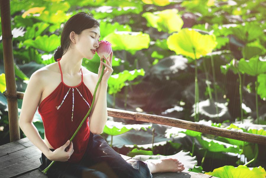 フリー写真 蓮の蕾を顔に当てるベトナム人女性