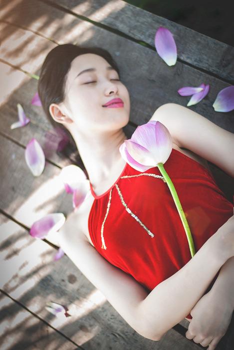フリー写真 蓮の花を抱いて眠る女性