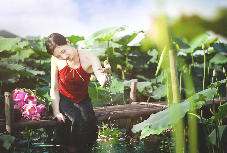 フリー写真 蓮池とベトナム人女性のポートレイト