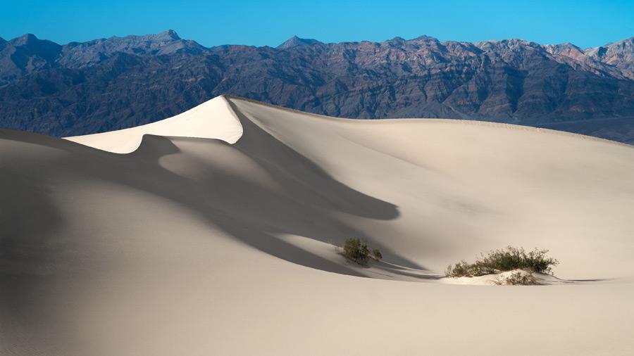 フリー写真 砂漠と山の風景