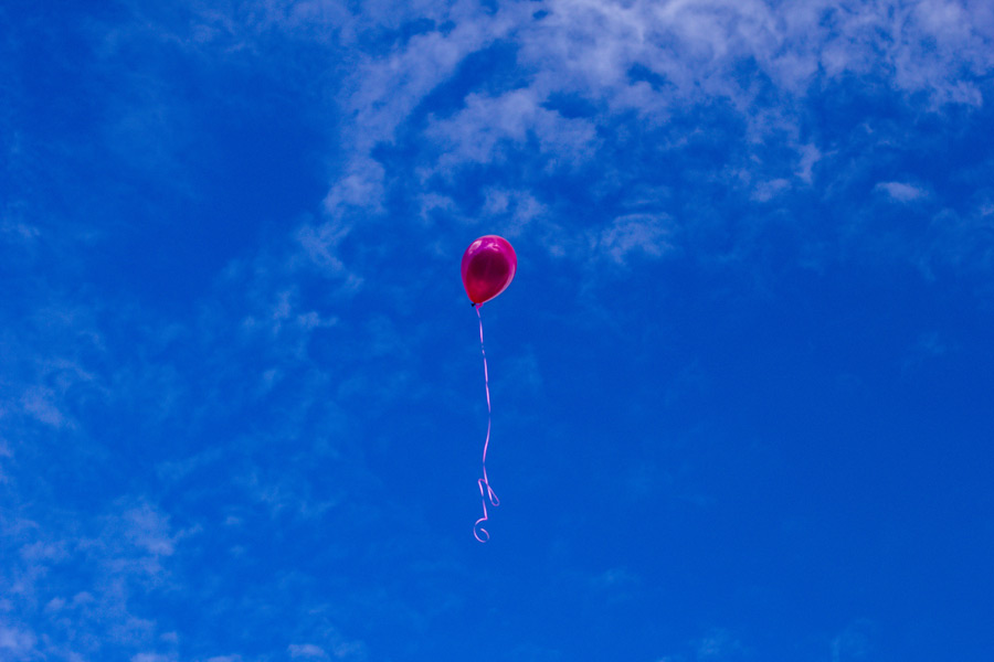 フリー写真 青空に上がる風船