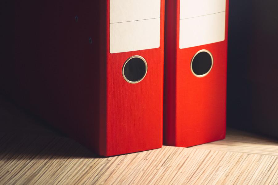 フリー写真 オフィスデスクの上に置かれた書類ファイル