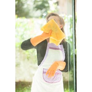 フリー写真, 人物, 女性, 掃除(清掃), 雑巾, 窓, エプロン, 年末大掃除