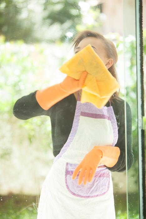 フリー写真 窓を拭く女性