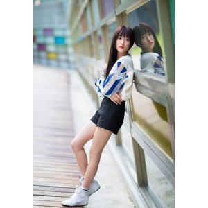 フリー写真, 人物, 女性, アジア人女性, 中国人, Neo Li(00040), ショートパンツ, 腕を抱える, 鏡像
