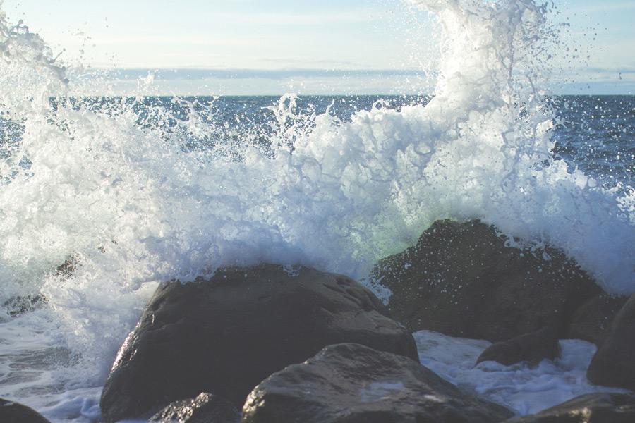 フリー写真 岩に打ち付けられる波しぶきの風景