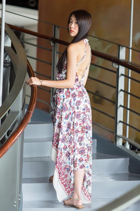 フリー写真 階段を上りながら振り返る女性のポートレイト