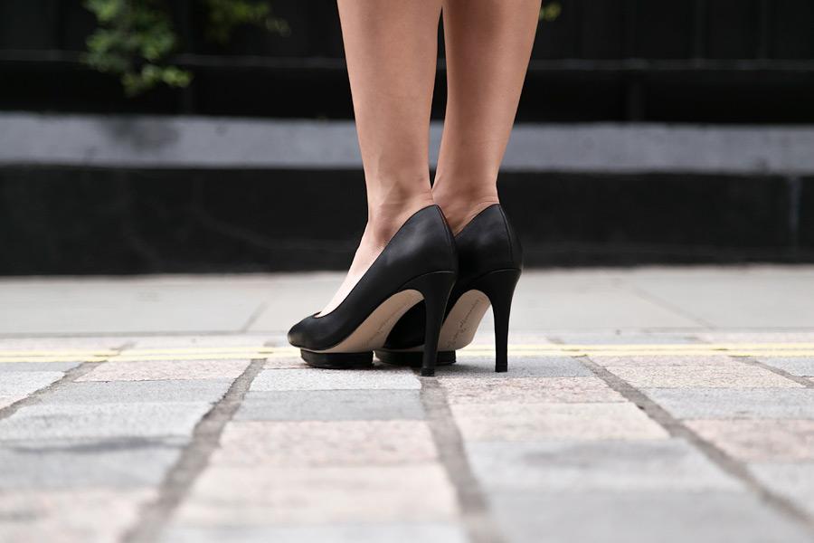 フリー写真 ハイヒールを履いている女性の足元