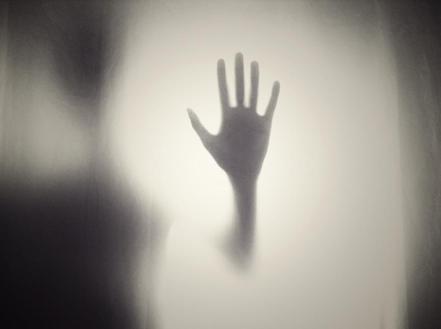 フリー写真 ガラス窓についた手
