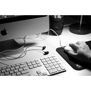 フリー写真, 人体, 手, 家電機器, パソコン(PC), iMac, 液晶ディスプレイ, キーボード(PC), マウス, アップル(Apple), イヤホン(イヤフォン), モノクロ