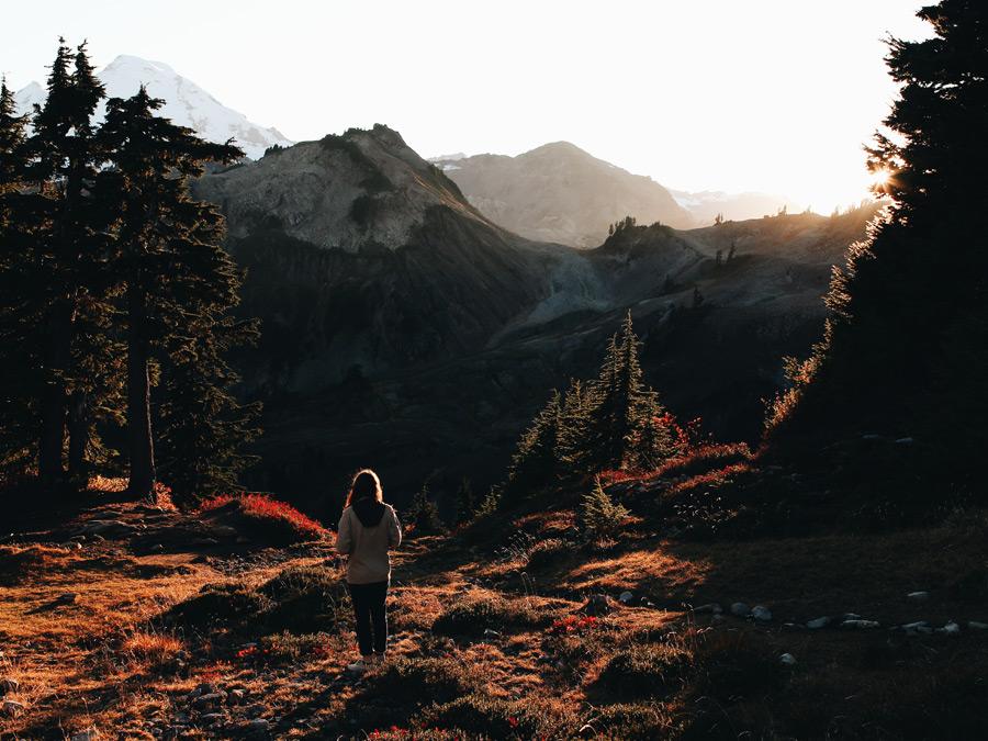 フリー写真 夕暮れの山に立っている女性