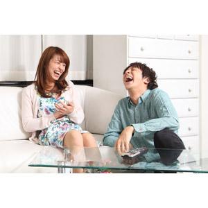 フリー写真, 人物, カップル, 恋人, 笑う(笑顔), 座る(ソファー), 二人, 女性(00023), 男性(00024)