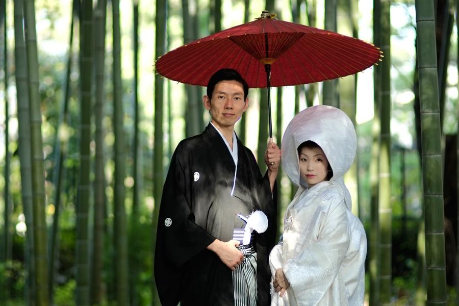 フリー写真 和装姿で竹林の前に立つ新郎新婦