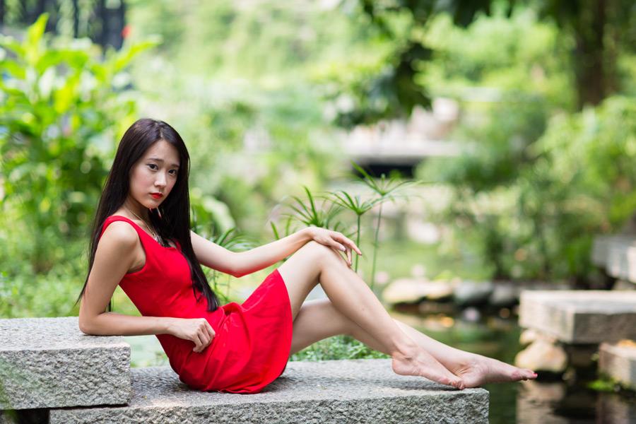 フリー写真 裸足で石の上に座る女性のポートレイト