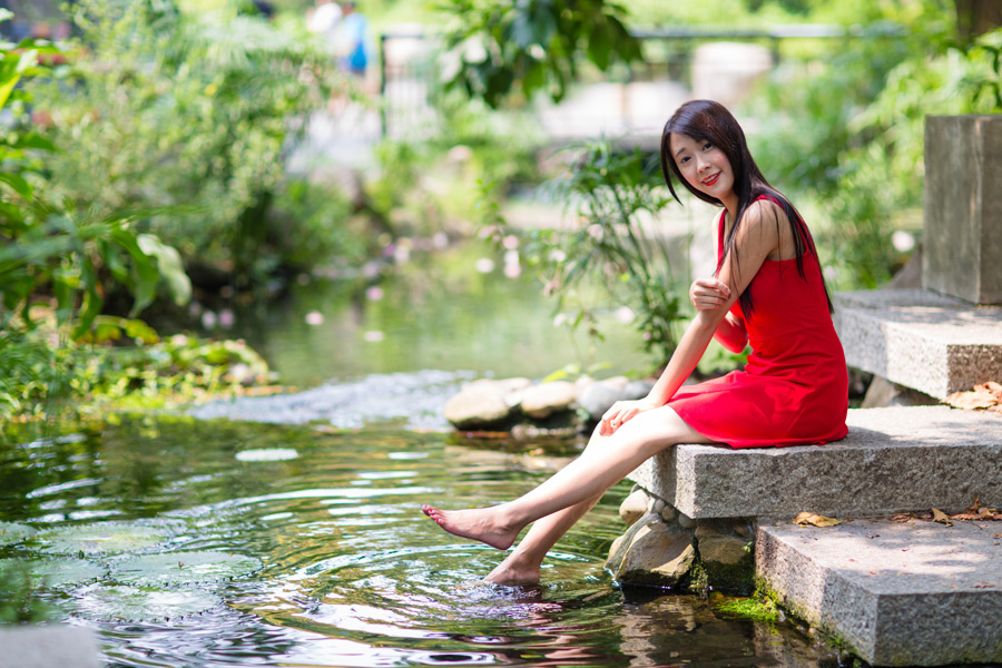 フリー写真 小川に足をつける女性のポートレイト