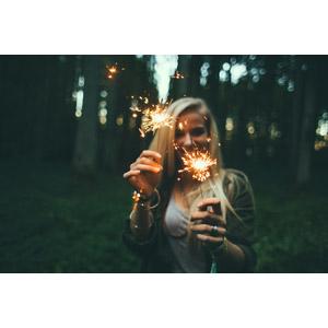 フリー写真, 人物, 女性, 外国人女性, 金髪(ブロンド), 花火, 線香花火, 笑う(笑顔)