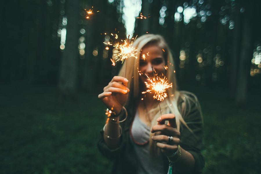 フリー写真 線香花火を持つ外国人女性のポートレイト