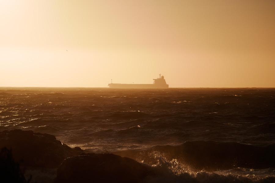 フリー写真 海の上に浮かぶタンカー