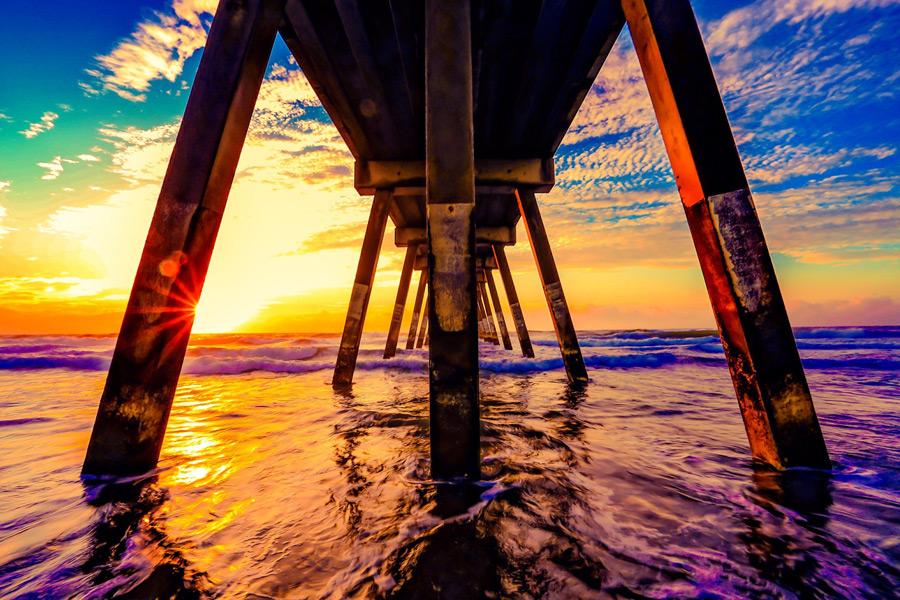 フリー写真 夕暮れの海と桟橋の下の風景