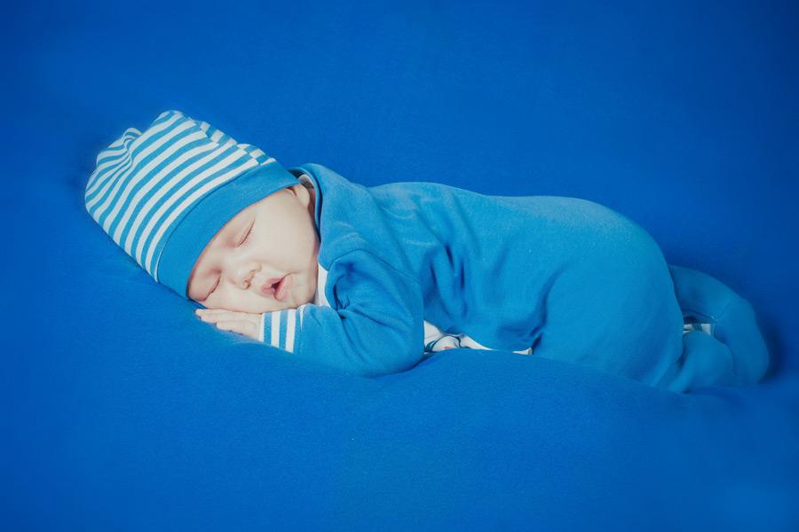 フリー写真 うつ伏せに寝ている赤ちゃん
