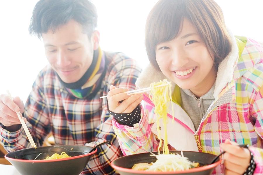 フリー写真 スキー場でラーメンを食べるカップル
